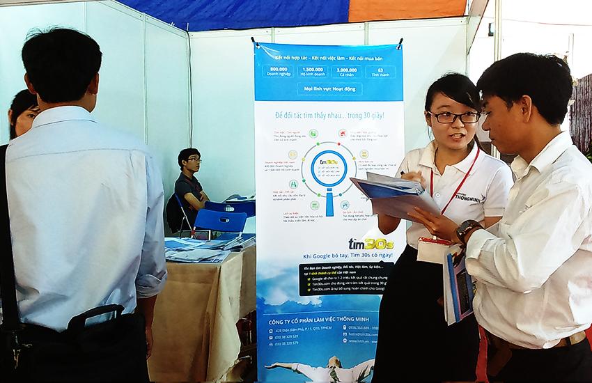 Nhân viên LVTM tư vấn khách quan tâm dịch vụ đăng tin mua bán BĐS